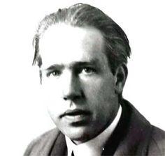 Niels Bohr (1885-1962)  Ele solucionou um dos maiores enigmas da ciência: o da estrutura atômica. E fez isso ao usar um então inovador campo do conhecimento científico: a física quântica. O dinamarquês Niels Bohr, ganhador do Nobel de Física de 1922, começou suas revolucionárias descobertas ainda jovem...