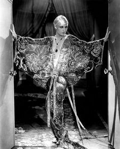 Costume-wild-Evelyn-Brent_-Slightly-Scarlet_gray-shades_001.jpg (479×595)