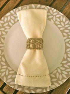 Anel para guardanapo de crochê, feito em lã. Escolha a cor que mais combina com a sua mesa. Super delicado, vai dar todo charme à sua recepção. O preço unitário se refere ao anel de crochê. Guardanapo e utensílios não estão inclusos. R$ 3,50 $3,50
