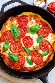 Skillet Margherita pizza recipe loaded with melted fresh mozzarella, ripe tomatoes, and herbaceous basil leaves. Par-bake to ensure a crispy golden crust. Barbecue Recipes, Pizza Recipes, Grilling Recipes, Vegetarian Recipes, Barbecue Sauce, Cooking Recipes, Cast Iron Skillet Pizza, Cast Iron Cooking, Pizza Special
