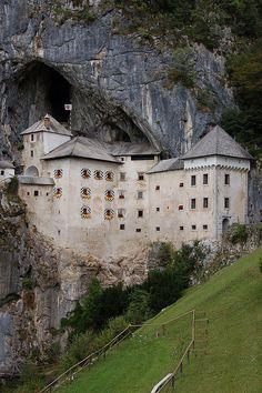 Un castillo dentro de una cueva en Eslovenia  Literalmente, construido adentro de una cueva. Resguardado como pocos de cualquier asedio porque la montaña que parece aplastarlo, al mismo tiempo hace de gigantesca muralla. El castillo Predjama está en Eslovenia, a 9 kilómetros de la ciudad de Postojna.