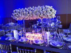 Boda en blanco con azul royal a rayas... Diseñada y decorada por Babilonia Flores @babiloniaflores Mesa novios, estrado rayas,  Centro mesa alto con rosas blancas