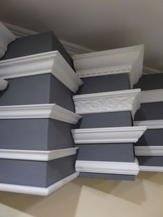 Make your house look more expensive with molding! Make your house look more expensive with molding! Ceiling Design Living Room, False Ceiling Design, Ceiling Decor, Living Room Designs, Living Room Decor, Home Renovation, Home Remodeling, Cornice Design, Wall Molding