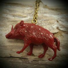 Ihr liebt Walspaziergänge, Wildscheine oder tragt gern ausgefallenen Schmuck? Dann ist die verspielte Kette mit dem roten Wildschwein genau das Richtige!