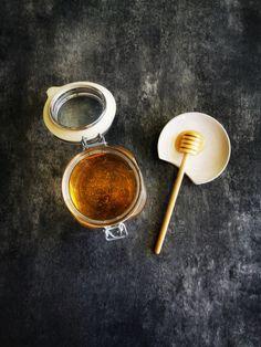 """Unsere handgemachte Löffelauflage aus Keramik, ist in Winterthur entstanden. Sie löst ein häufiges Küchenproblem: Was tun mit Kochlöffel und Besteck, während man beim Kochen abschmeckt und umrührt? Die einzigartige Ausschnittseite des """"ANA+NINA Spoon Rest"""", eignet sich perfekt für alle Formen und Grössen von Kochlöffeln und Besteck. Unsere Kochlöffelauflage hält nicht nur die Arbeitsfläche sauber, sondern ist auch als Apéro-Schälchen ein Blickfang Winterthur, Spoon Rest, Cutlery, Christmas Presents, Simple"""