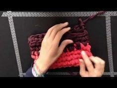 Vídeo-tutorial para Santa Pazienzia donde se explica cómo tejer un bolso de mano con asa-pulsera de trapillo