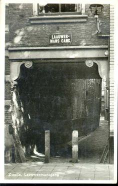 Gezicht op de toegang van de Lauwermansgang vanuit het zuiden, 1955. Tussen Melkmarkt 44-46, gedeeltelijk overdekte doorgang. Houten overkragingsbalk op gekrulde consoles. De Lauwermansgang vormt de verbinding tussen de Melkmarkt en de Nieuwstraat. De gang heeft zijn naam ontleend aan de familie Lauwerman, die in de 17de eeuw naast deze gang woonde. De naam van deze familie wordt ook wel gespeld als Louwerman.