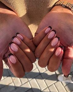 Want some ideas for wedding nail polish designs? This article is a collection of our favorite nail polish designs for your special day. Classy Nails, Stylish Nails, Trendy Nails, Cute Short Nails, Short Nails Art, Essie, Hair And Nails, My Nails, Nagellack Trends
