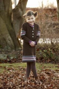 Nydeligstrikkekjole fra Aya Naya. AYA NAYA produserer barneklær med høy kvalitet. Selskapet startet i 2007 i Danmark, og kommer 4 ganger i året med ny kolleksjon. AYA NAYA er barneklær for jenter fra 3-12 år. Kolleksjonene er alltid en imponerende potpurri av farger og prints som passer perfekt sammen og dermed skaper en ideell ro og balanse. I Aya Naya-universet kan barn være barn – med melkebarter og rufsete hår. Barneklærne er laget av naturlige materialer som sikrer r...