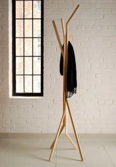Kleiderständer aus Holz mit originellem Design