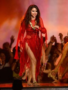 How to rock recycled outfits like Selena Gomez! Selena Gomez Concert, Selena Gomez Style, Demi Lovato, Mtv Movie Awards, Marie Gomez, Stage Outfits, Female Singers, Celebs, Celebrities