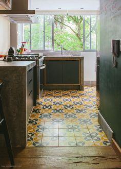 Elementos rústicos na decoração da cozinha: ladrilho hidráulico, concreto e madeira de demolição.