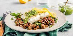 Oppskrift på frisk og lett middag med ovnsbakt skrei. Bak fisken i ovnen med sitronskiver og server med hjemmelaget pesto og lun linsesalat.