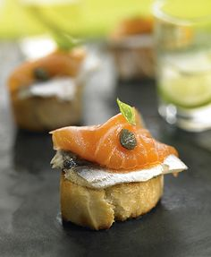 Tostada de boquerón y salmón ahumado | Delicooks | Good Food Good Life Finger Food Appetizers, Finger Foods, Tostadas, Hors D'oeuvres, Spanish Food, Canapes, Catering, Buffet, Cheesecake