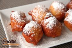 Le castagnole con la ricotta non sono da confondere con i classici bignè ripieni di crema di ricotta: in questa ricetta la ricotta fa parte dell'impasto che risulta in questo modo leggero e morbidissimo. Da provare insieme alla classiche castagnole di Carnevale.