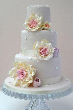 Bolo para Casamento Delicado em branco com detalhes de rosas
