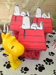 Resultado de imagem para molde snoopy na casinha Snoopy Birthday, Snoopy Party, Charlie Brown, Birthday Parties, Decoration Party, Peanuts Gang, Fez, Party Ideas, Image
