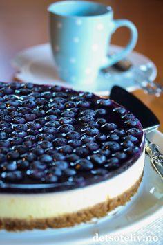Ostekake med blåbærlokk | Det søte liv Baileys Cheesecake, Cake Recipes, Dessert Recipes, Norwegian Food, Just Cakes, Yummy Cakes, Sweet Treats, Good Food, Food And Drink