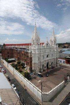 Fachada de la catedral de la ciudad de Santa Ana en El Salvador.