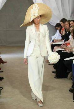 Pudemos comprovar, à medida que se começaram a conhecer as colecções de vestidos de noiva 2013, que a tendência de calças para noivas já detectada nas colecções de vestidos de noiva 2012 se mantém - e até se acentua.