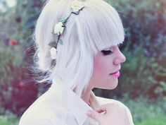 Tendance Couleur & Coiffure Femme Description White hair – to achieve this colour, lighten to pale yellow and tone with a pastel violet-based toner… White Blonde, Blonde Color, Hair Color, Buzz Cut Hairstyles, Step By Step Hairstyles, Pretty Hairstyles, White Hair Toner, Silver Hair Dye, Flower Crown Hairstyle