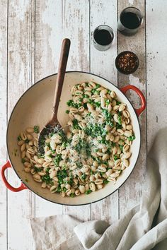 An easy stove-top pasta with fresh (or frozen) peas and a rich vegetarian-parmesan shallot cream sauce. Vegetarian Dinners, Vegetarian Recipes, Healthy Recipes, Healthy Meals, Cream Sauce Pasta, Pasta With Peas, Pea Recipes, Vegetable Pasta, Recipes