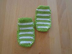 Handmade kraamcadeau: Groen gestreepte slofjes - 0 tot 2 maanden