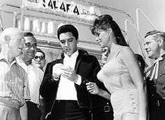 An audience with the King: Singer Elvis Presley entertains amused onlookers at the Sahara Hotel in Las Vegas Las Vegas Valley, Las Vegas City, Las Vegas Hotels, Las Vegas Nevada, Vegas Casino, Las Vegas Shows, Las Vegas Strip, Rare Photos, Old Photos