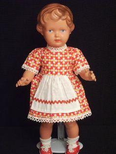 Puppenkleid-Kurzarm-weis-gelbe-Blueten-auf-roten-Grund