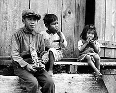 Three Nuu-chah-nulth (Nootka) children at Friendly Cove, British Columbia Native American Children, Native American Images, Native American History, Native American Indians, Native Americans, Native Girls, Trail Of Tears, Marvel, Historical Pictures