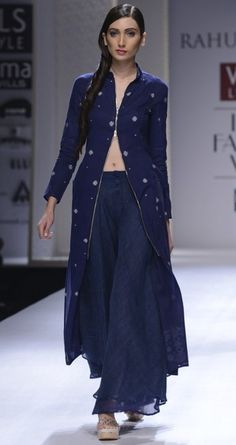 Hand woven jamdani long tunic by RAHUL MISHRA. http://www.perniaspopupshop.com/wills-fashion-week/rahul-mishra #fashionweek #willslifestyleindiafashionweek