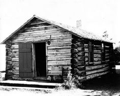 Edifício de troncos de madeira da Escola de Elgie. Réplica construída em 1974. Este edifício é uma reminiscência das primeiras escolas de troncos construídas por colonos Talbot para as crianças, após as casas estarem estabelecidas, e foi construída por volta de 1830. Hoje pode ser vista na Fanshawe Pioneer Village, no condado de Middlesex, província de Ontário, Canadá.