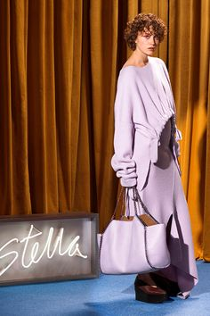 Fashion Week Paris Resort 2018 look 8 from the Stella McCartney collection womenswear Stella Mccartney, Fashion 2018, Fashion Wear, Fashion Trends, Beach Fashion, Fasion, Vegan Fashion, Ethical Fashion, Knitwear Fashion