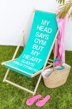 DIY Sling Beach Chair Makeovers | studiodiy.com Diy Home Crafts, Homemade Crafts, Diy Home Decor, Diy Inspiration, Diy Furniture Projects, Cool Furniture, Chair Makeover, Furniture Makeover, Chair Pictures