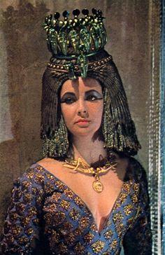 Elizabeth Taylor in Cleopatra Hollywood Icons, Golden Age Of Hollywood, Vintage Hollywood, Hollywood Glamour, Elizabeth Taylor Jewelry, Elizabeth Taylor Cleopatra, Divas, Fancy Dress Ball, Violet Eyes