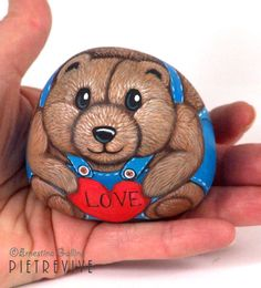 Love, hand painted stone by Ernestina Galina, Pietrevive. https://www.facebook.com/pietrevive.ernestina