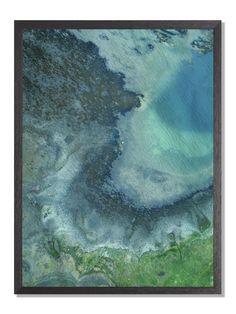 Farger og former mellom gress, stein, sand og sjø skaper noe vakkert. Som et maleri av vær og vind.