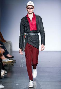 Pode ser a variação de texturas (jeans, verniz, veludo), as peças (referências da alfaiataria e do streetwear não necessariamente conectado com o sportswear), o styling (correntes, cadeados, chaveiros de plástico como brinco; meio punk, meio arma de guerrilha urbana).