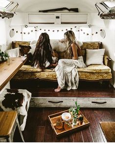 The step up with storage underneath in #RosemaryTheAirstream (owned by @beadventureus) is brilliant! And I love it when Airstreams have vista view windows (in the upper curves) ✨ Fantastic photo by @beadventureus, via @tifforelie