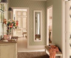 Reforma de un piso oscuro y alargado en un interior moderno y luminoso. Las claves: muebles a medida, paredes marfil y toques semiindustriales