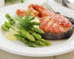 Saumon grillé et asperges vertes à la sauce hollandaise légère : http://www.fourchette-et-bikini.fr/recettes/recettes-minceur/saumon-grille-et-asperges-vertes-la-sauce-hollandaise-legere.html