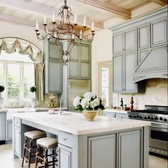 Do you think traditional kitchens are still #trendy? You'll be surprised how easy it is to rediscover their charm. 👉 visit our website to get inspired 👀 📷 @evinblake . . . . . . . . . ..  #kitchen #kitchens #kitchendesign #kitchenideas #kitchenremodel #dreamkitchen #kitcheninspiration #kitchenreno #kitchenrenovation #interior #interiordesign #interiordesigner #kitchentrends #magazine #beautiful #cabinets #instagood #kitchengoals #style #trends #kitchensofinstagram #trending #home