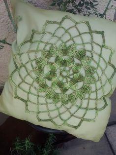Capa almofada com aplicação em croche.  Aplicação feito a mão  Medida 45x45 cm