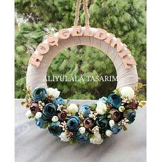 Mavi ve kahverengi tonlardaki çiçeklerle, kişiye özel olarak hazırlanmış kapı süsümüz.