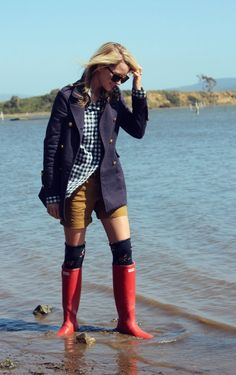 Nantucket look-blazer and hunter boots! Cute Preppy Outfits, Adrette Outfits, Rain Outfits, Stylish Outfits, Spring Outfits, Preppy Mode, Preppy Style, Preppy Fashion, Red Wellies