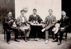 Fotos Antiguas de Mallorca Tomando una bebida en el bar.