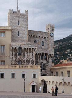 Palacio del Príncipe de Mónaco - La torre de Santa María (M), reconstruida por Carlos III, se asemeja a una fortaleza medieval. A la derecha está la torre del reloj de Alberto I, en piedra blanca de La Turbie.