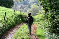 Partir en randonnée avec bébé ? Bien préparé, c'est possible ! La marche est la première activité sportive outdoor qui pourra être pratiquée en famille. Adaptable à tous les âges et à toutes les conditions physiques, la randonnée permet de reprendre contact avec la nature environnante dans le respect des rythmes de chacun. Voici quelques conseils d'organisation !