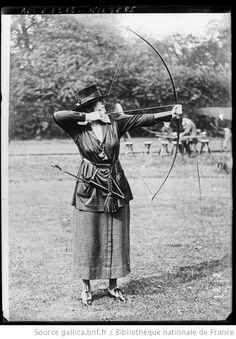Londres, concours de tir à l'arc, Mme Maud Warrender [en position] : [photographie de presse] / [Agence Rol] - 1