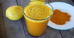 You have probably heard about lemon water and its many health benefits, but have you tried adding turmeric to it? Combining lukewarm lemon water and turmeric makes a powerful healing beverage Herbal Remedies, Health Remedies, Detox Tee, Turmeric Lemonade, Lemon Water In The Morning, Turmeric Detox, Turmeric Drink, Turmeric Water, Ground Turmeric